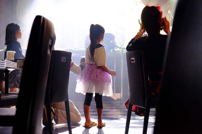 子供たちには新鮮なミュージック?衣装も似合ってて楽しんでました。