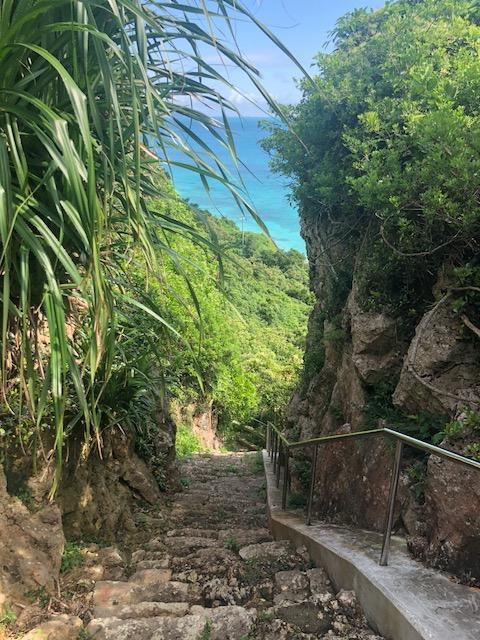 集落と来間ガーをつなぐ階段