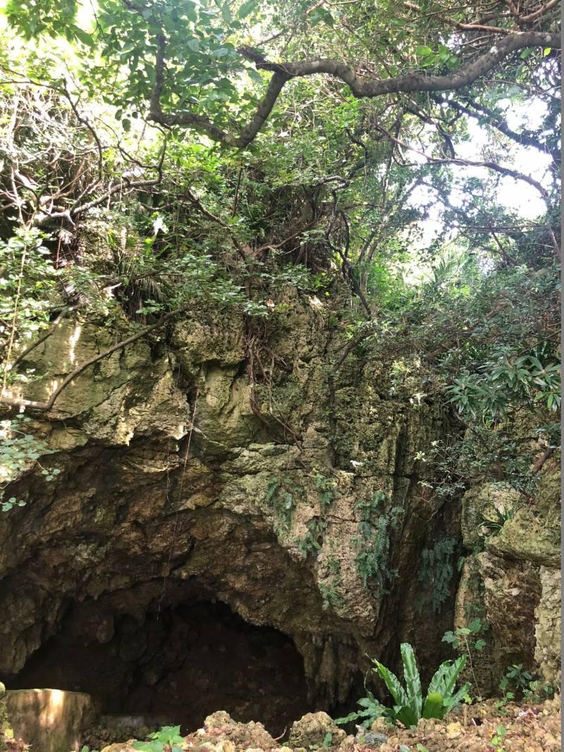 宮古島のガー 地下に潜って水を汲む